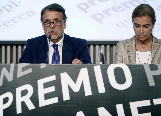 El presidente de la editorial Planeta, José Creuheras, con la escritora y  jurado Carmen Posadas.