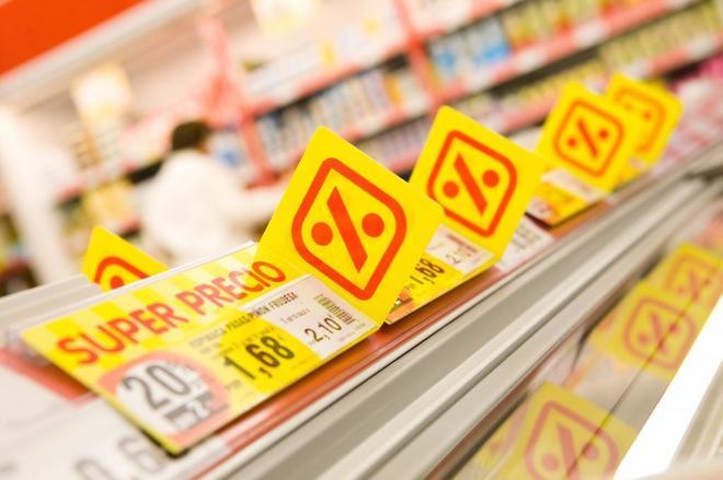 Carteles de precios dentro de un supermercado Dia.