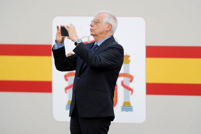 Josep Borrell, antes del inicio del desfile militar del 12 de Octubre.