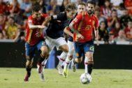 Ceballos, Modric e Isco en el partido entre España y Croacia disputado en Elche