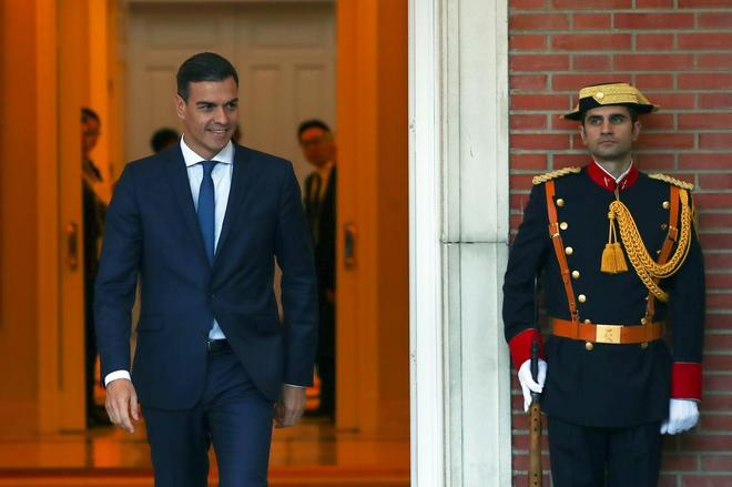 El presidente del Gobierno, Pedro Sánchez, sale del Palacio de la...
