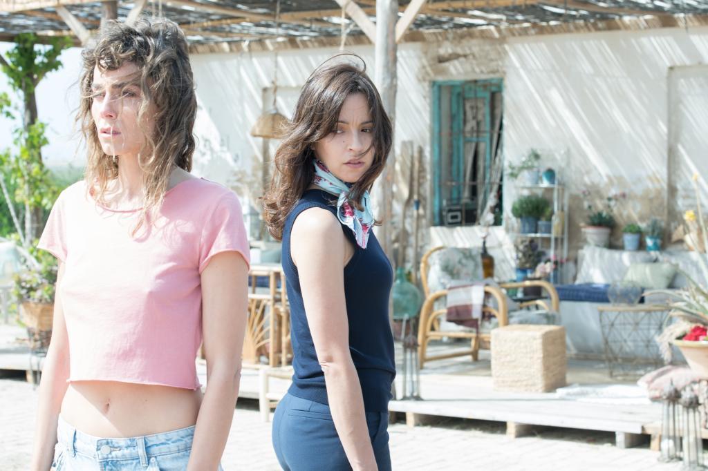 Irene Arcos (izquierda) y Verónica Sánchez, protagonistas femeninas de 'El embarcadero', un 'thriller' emocional que gira en torno a Álvaro Morte (abajo).