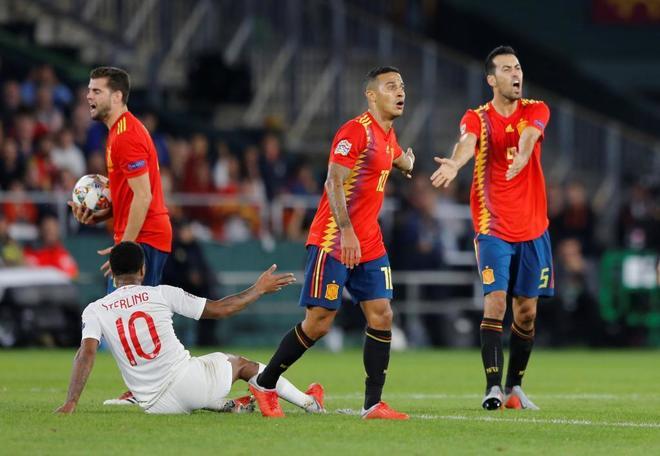 Sterling, en el suelo, junto a Nacho, Thiago y Busquets, durante el España-Inglaterra.