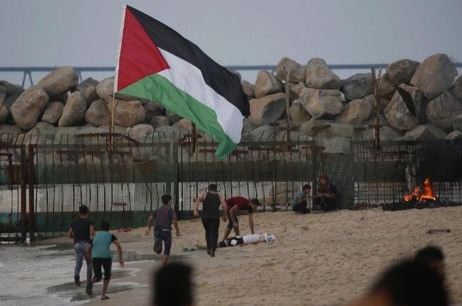 Manifestantes palestinos protestan contra las fuerzas israelíes en Gaza.