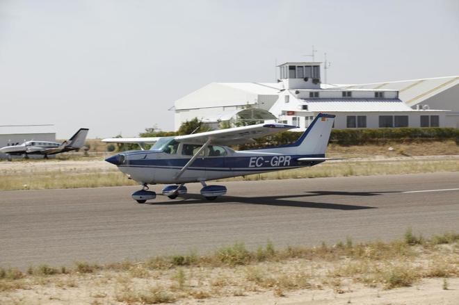Un avioneta despega en el aeródromo de Casarrubios.