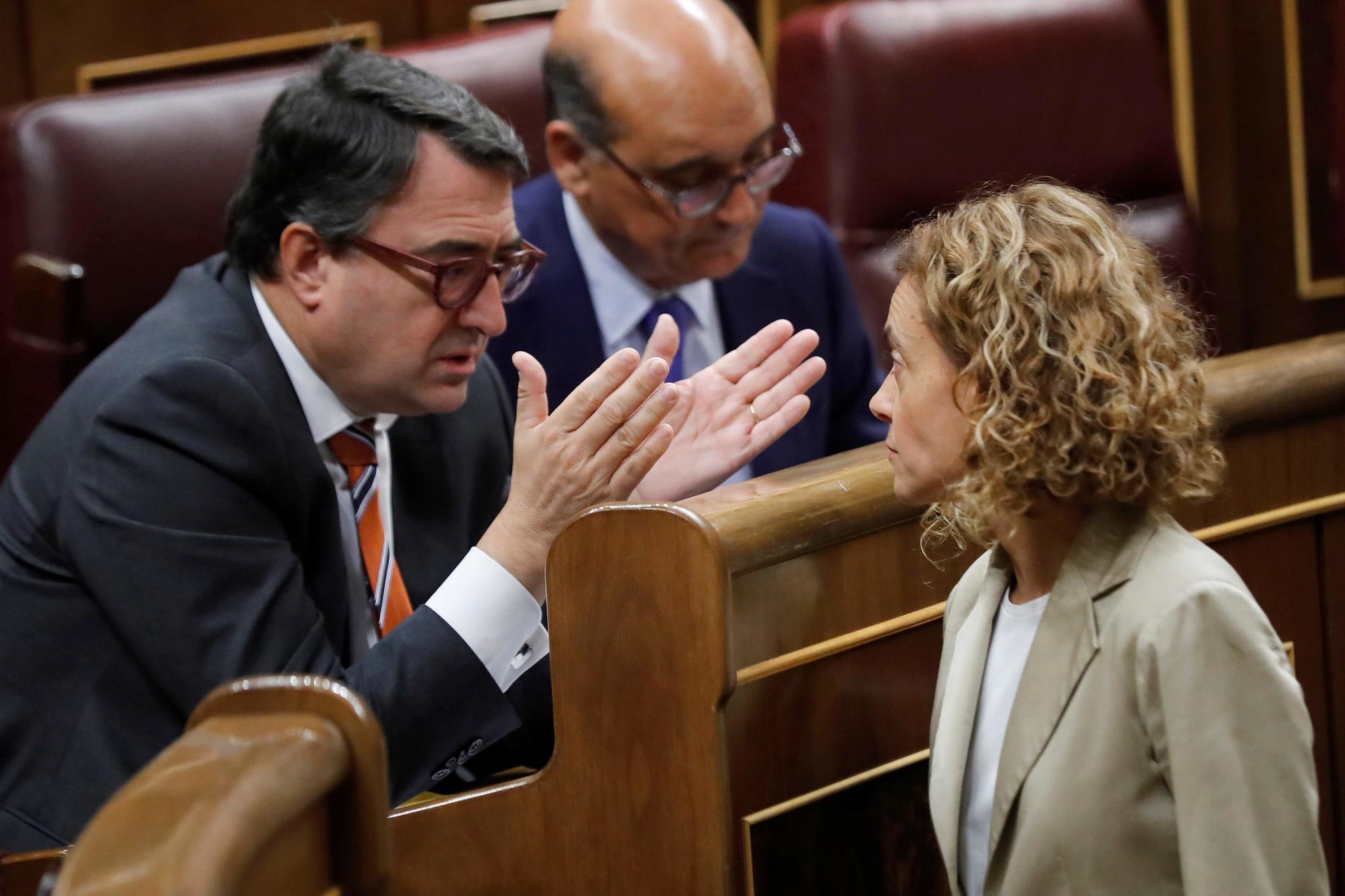 Aitor Esteban conversa con Meritxel Batet en el Congreso.