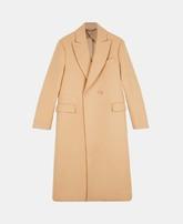 Abrigo largo cruzado cámel con bolsillos (1.395 euros).