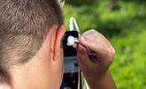 Un chico utiliza unos auriculares para escuchar el sonido 8D en el...