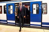 El Rey Felipe VI sale de uno de los vagones del metro de Madrid...