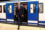 El Rey Felipe VI sale de uno de los vagones del metro de Madrid durante un acto conmemorativo de la apertura de la línea 1