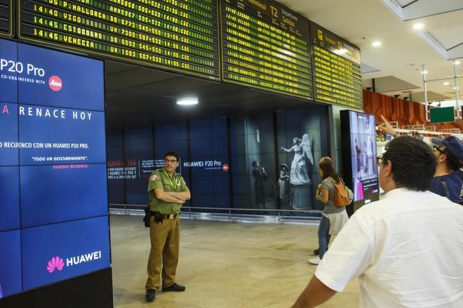Varios pasajeros miran la salida de sus vuelos en las pantallas del  aeropuerto de Barajas. ÁNGEL NAVARRETE e402d79286b06