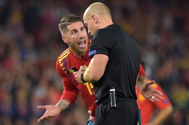 Sergio Ramos protesta al árbitro en el partido disputado ante Inglaterra en Sevilla.