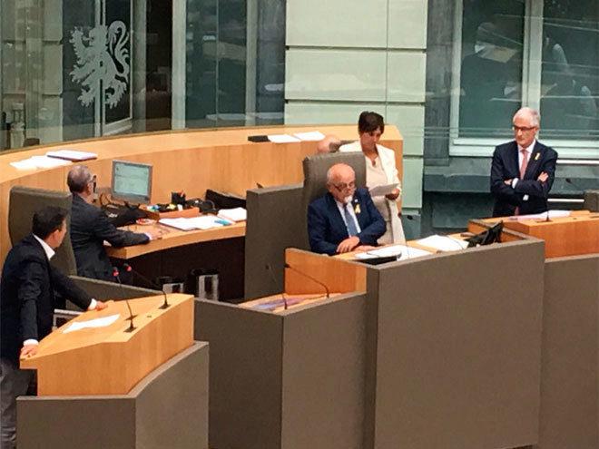 El presidente del Parlamento de Flandes, Jan Peumans, en el centro de...
