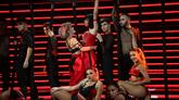 Alba y Natalia, rodeadas de bailarines, durante su interpretación de...
