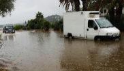 Un camión circula por una calle anegada en Denia (Alicante) por la...
