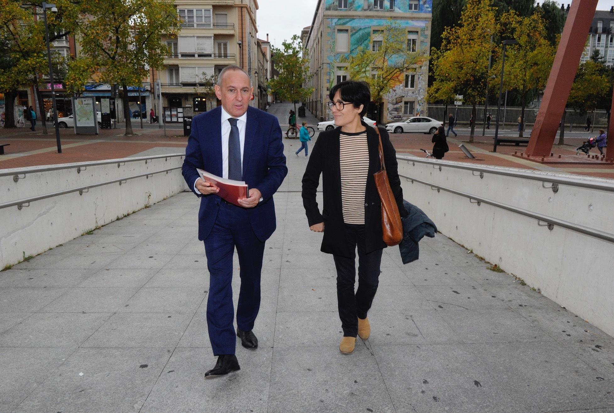 Ramiro González junto a la nueva directora de Artium, Beatriz Herráez.