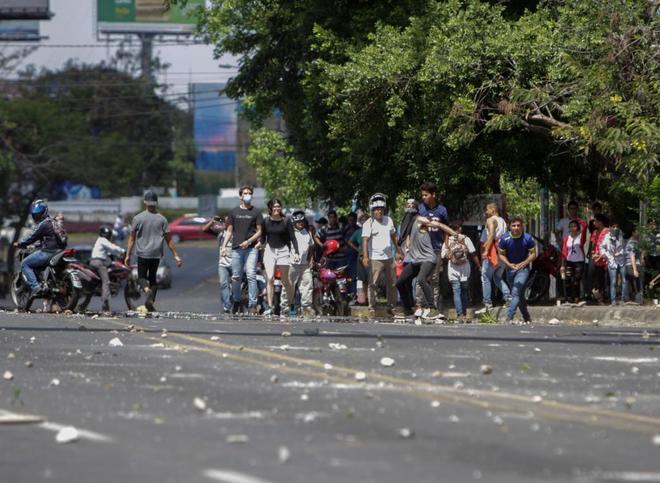 Estudiantes se enfrentan contra la policía durante una marcha contra el Gobierno, en Managua.