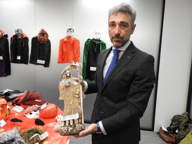 Javier Ruiz, viceconsejero de Economía y Competitividad, muestra una de las figuras incautadas que contienen semillas tóxicas