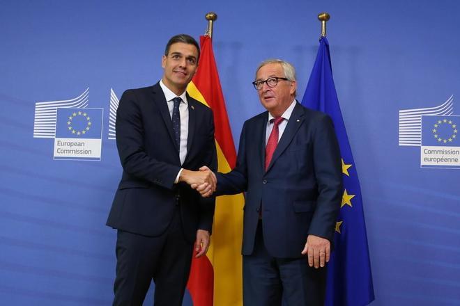 Pedro Sánchez saluda al presidente de la Comisión Europea, Jean-Claude Juncker, antes de la reunión del Consejo Europeo en Bruselas.
