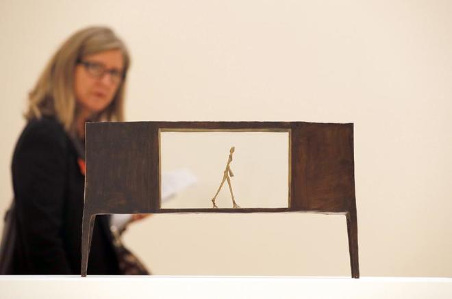 La escultura de bronce pintado, 'Figurita entre dos casas', del artista, Giacometti, en el Museo Guggenheim Bilbao, durante la presentación de la exposición 'Alberto Giacometti. Retrospectiva'