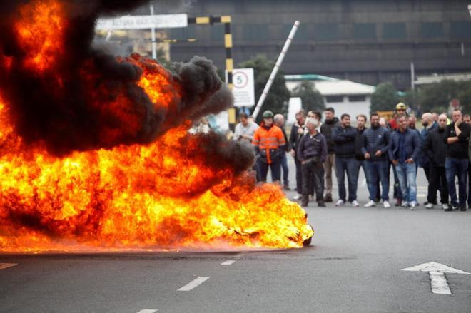 Protesta de trabajadores de Alcoa frente a la planta de Avilés.