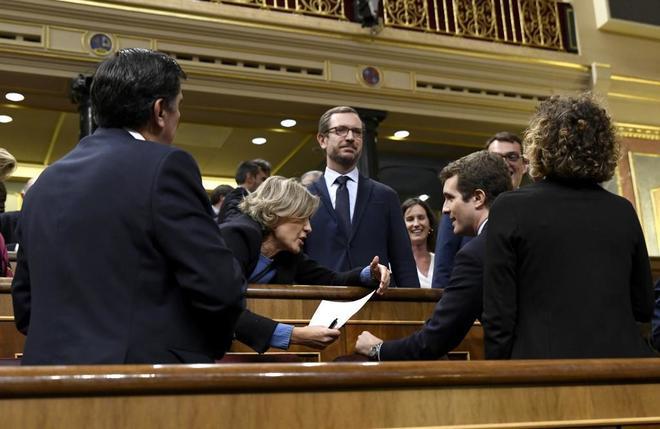 La ex ministra Isabel García Tejerina y Pablo Casado conversan este jueves en el Congreso de los Diputados.