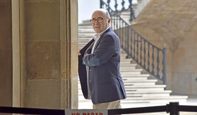Areal, gerente del PP balear entre 2003 y 2008 y cuñado de Matas, en el patio de la Audiencia, ayer, echándose la mano al bolsillo.