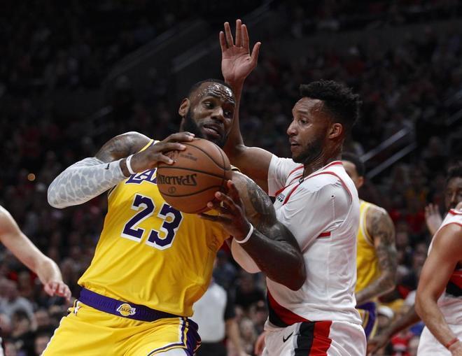 LeBron James (i) intenta anotar ante la defensa de Turner (d), de los Blazers.