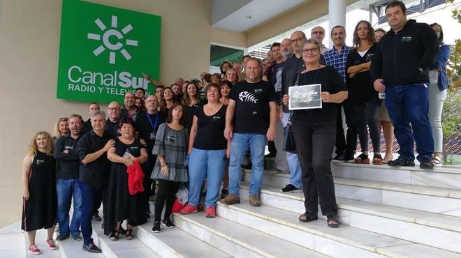Trabajadores de la Radio y Televisión de Andalucía, de negro en una de sus concentraciones.