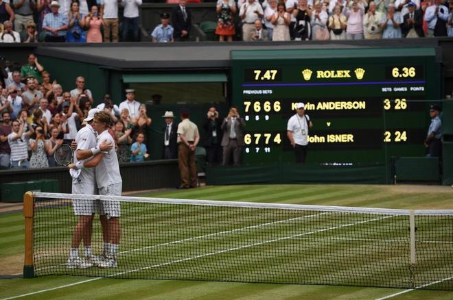 Kevin Anderson (izda) y John Isner se abrazan tras la semifinal que duró más de seis horas.