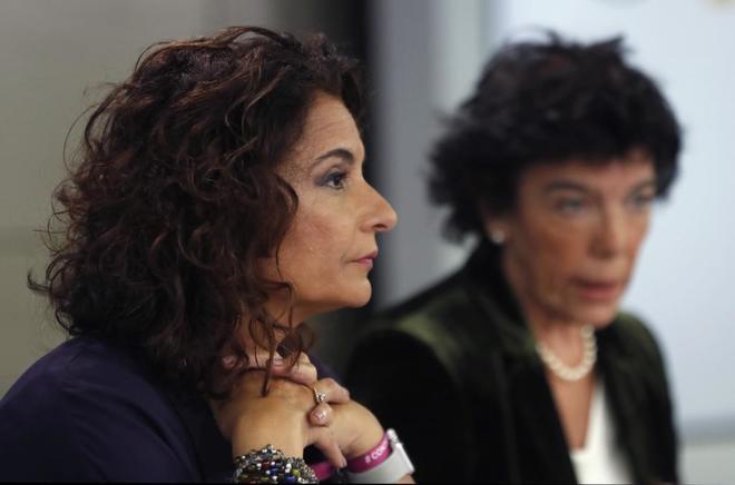 La ministra de Hacienda, María Jesús Montero, y la portavoz del...