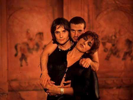 Ana Torroja, junto a los hermanos Cano, componentes del grupo Mecano.
