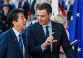 El presidente del Gobierno, Pedro Sánchez, conversa en Bruselas con...