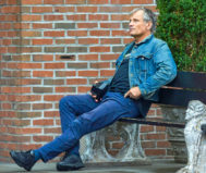 El actor, que aparece sentado en un banco de Nueva York, no cree que vuelva a encarnar a Aragorn.