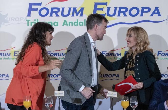 Teresa Rodríguez y Antonio Maíllo, saludan a Carmen Castilla en un foro reciente.