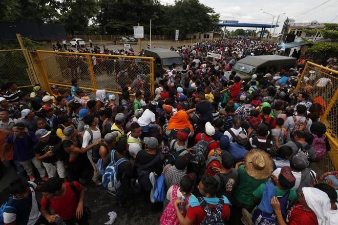 Miles de hondureños de la caravana migrante saltan el cordón policial en Guatemala y entran en México
