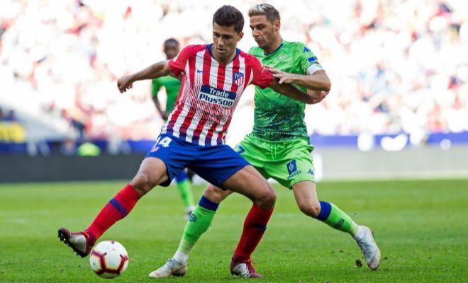 Rodrigo protege un balón ante Joaquín, durante el último Atlético-Betis.