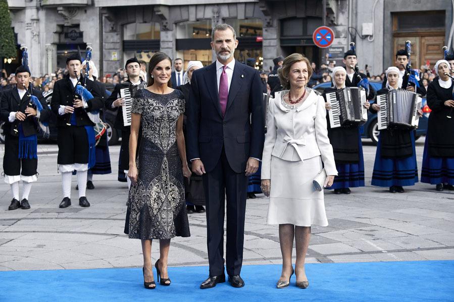La Reina Letizia junto al Rey Felipe VI y la Reina Sofía - Premios Princesa de Asturias 2018