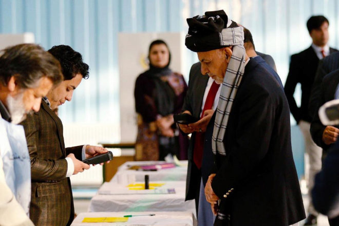 El presidente de Afganistán Ashraf Ghani vota en Kabul.