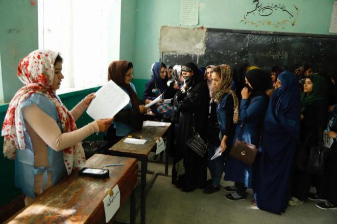 Un grupo de mujeres hace cola para votar en las elecciones...