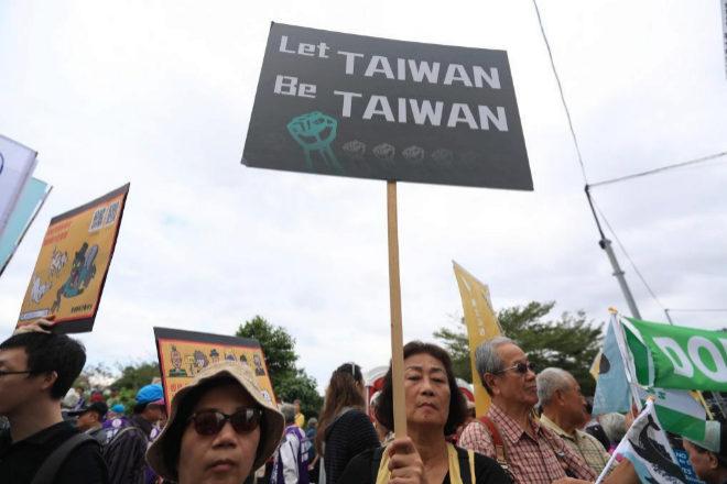 """""""Dejen que Taiwán sea Taiwán"""", reza un cartel durante la..."""