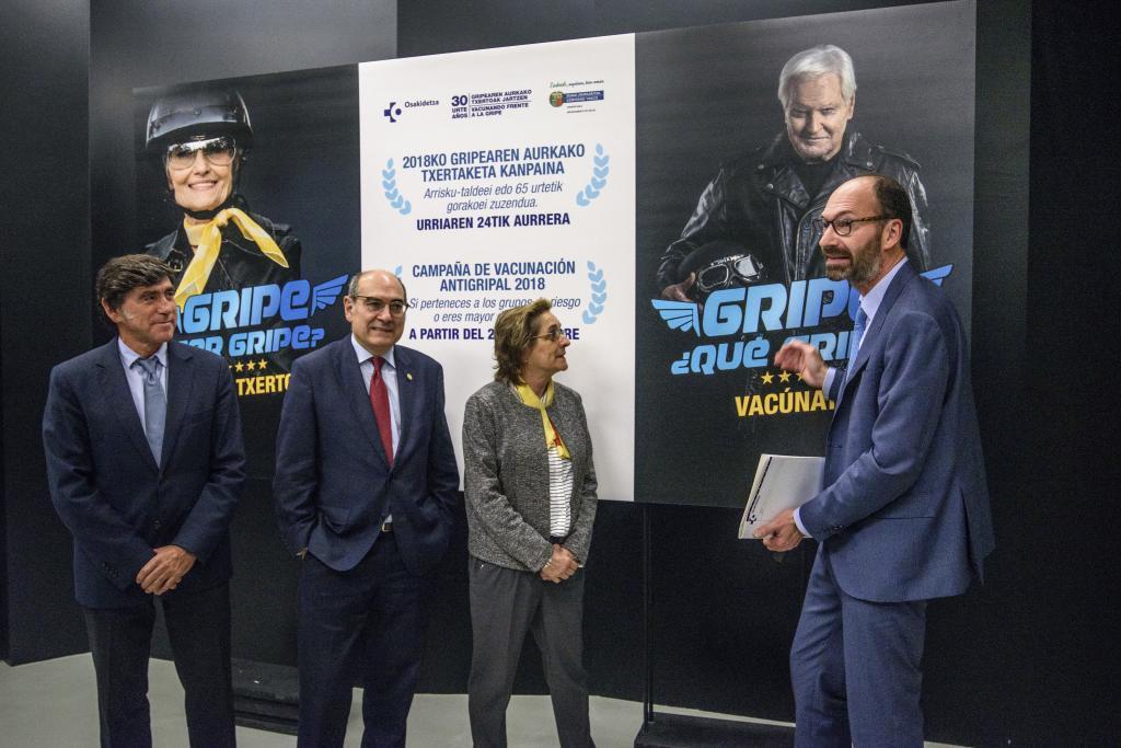 El consejero Jon Darpón junto a la directora de Salud, Miren Dorronsoro y otros responsables de Osakidetza ante el cartel de la campaña.