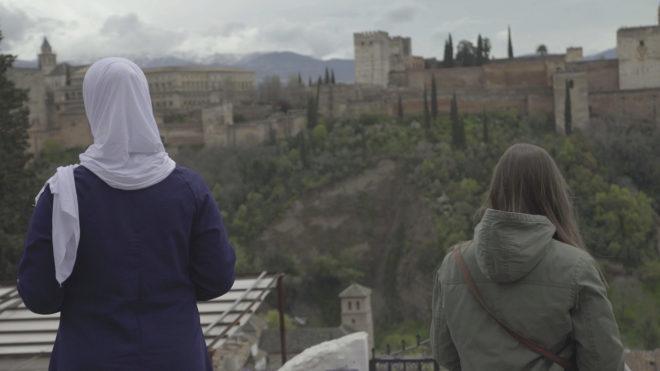 Imagen de 'España mira a La Meca' con la narradora y una protagonista...