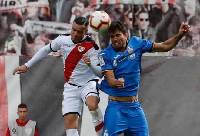 Leandro Cabrera pelea un balón con Raúl de Tomás.