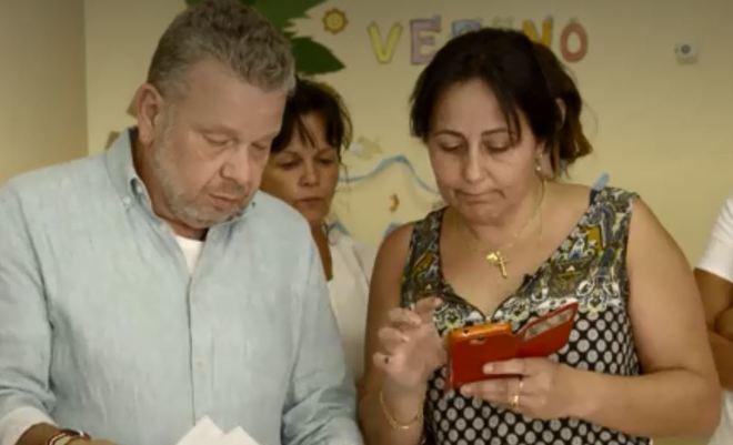 Alberto Chicote junto a la directora de la residencia de ancianos con...
