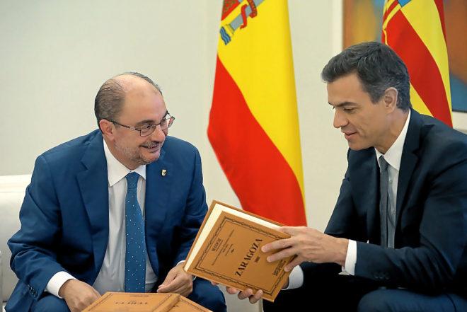 El presidente de Aragón, Javier Lambán, conversa con el presidente...