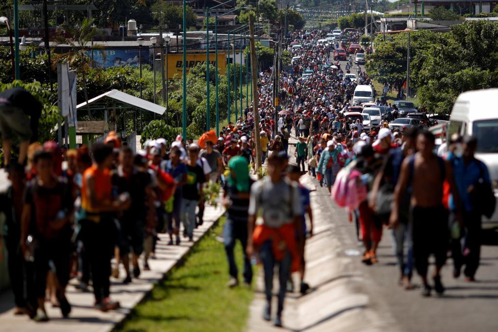 Migrantes centroamericanos caminan a lo largo de la carretera que los conduce a la frontera con Guatemala, en su intento de llegar a Estados Unidos.