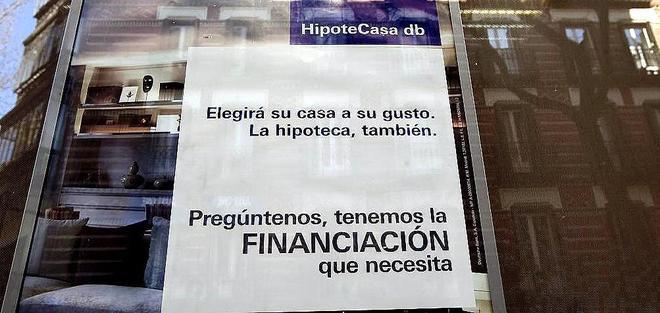 Cartel que publicita una hipoteca en una oficina bancaria.