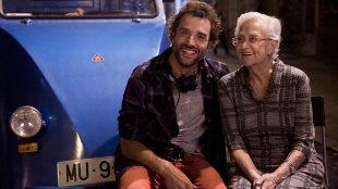 Daniel Guzmán junto a su abuela Antonia, en un momento del rodaje de...