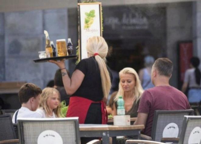 Una camarera trabaja en una terraza en Madrid